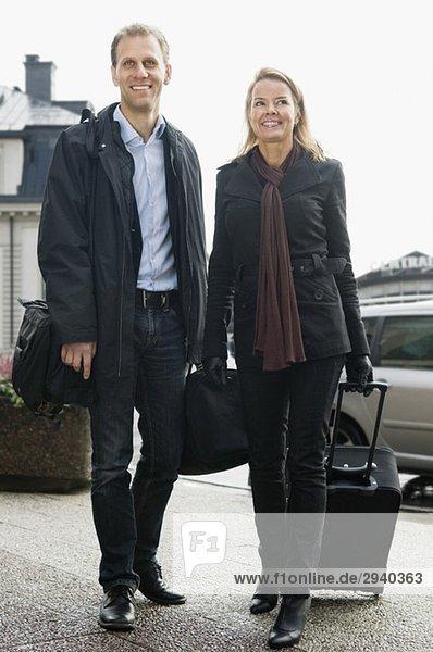 Mann und Frau mit Koffer