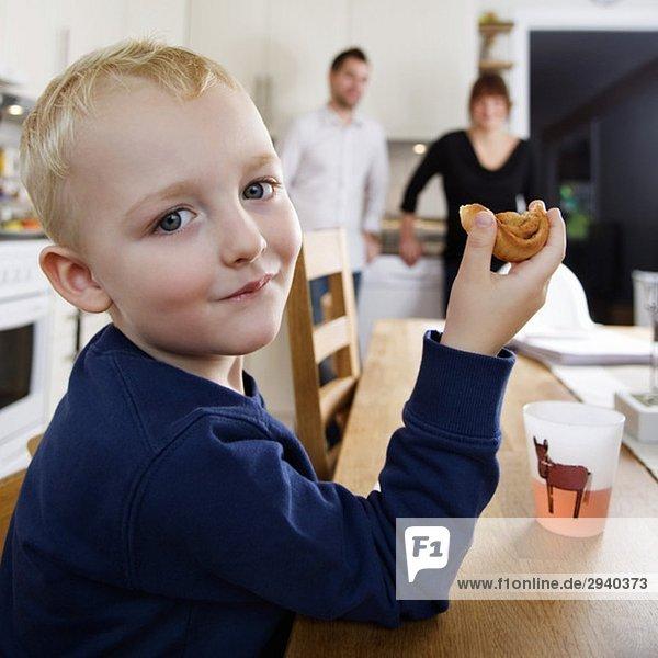 Junge isst Brötchen