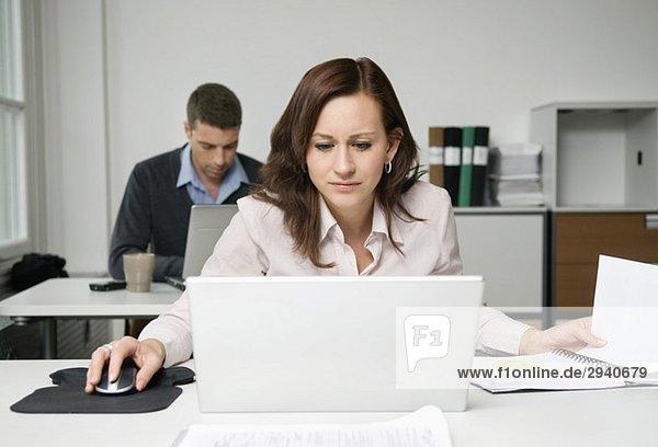 Konzentrierter Mitarbeiter im Büro
