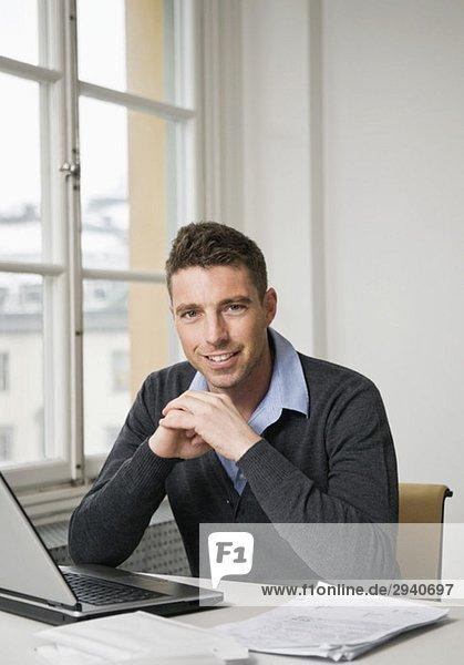 Porträt eines Geschäftsmannes am Schreibtisch