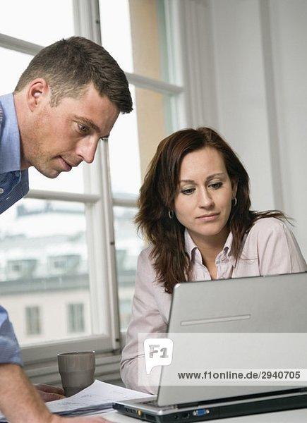 Zwei Kollegen beim Blick auf den Laptop