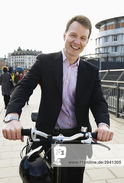 Mann führt Fahrrad