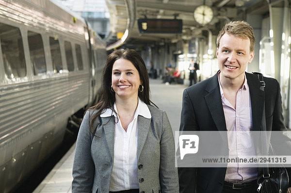 Zwei Personen am Bahnhof