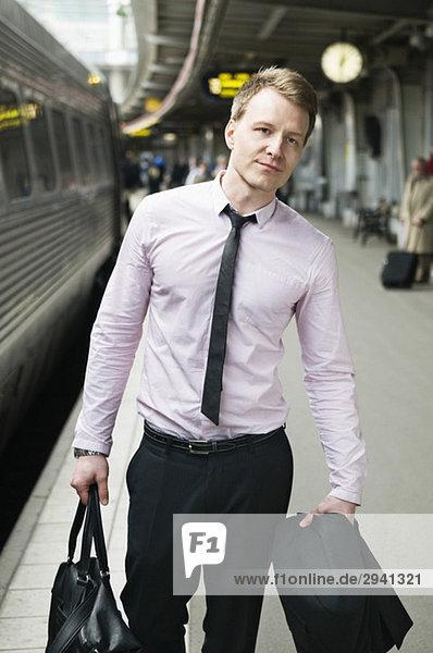 Ein Mann mit einer Tasche
