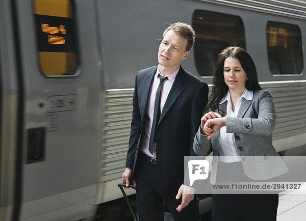 Zwei Personen am Zug