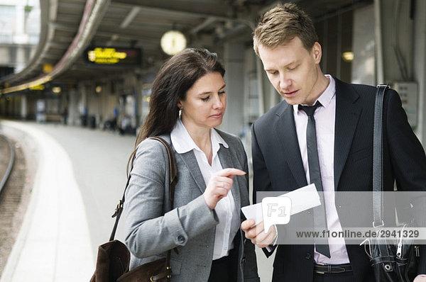 Frau und ich überprüfen das Ticket