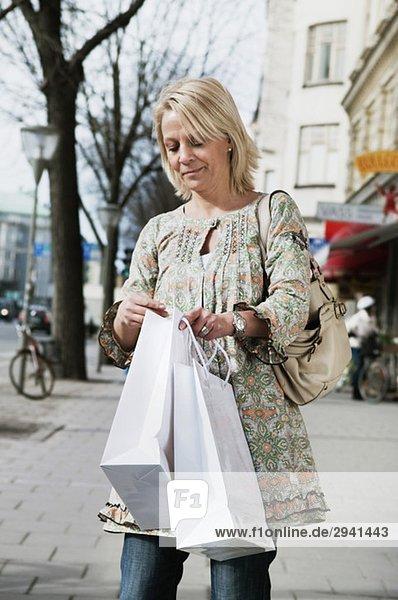 Frau überprüft Einkaufstasche