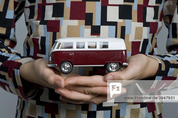 Kleintransporter halten Spielzeug jung camping Mädchen Lieferwagen