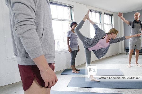 Student veranschaulicht  wie eine Pose während Yoga-Kurs  Vancouver  British Columbia