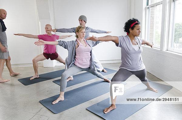 Schüler und Lehrer in Yoga-Klasse  Vancouver  British Columbia