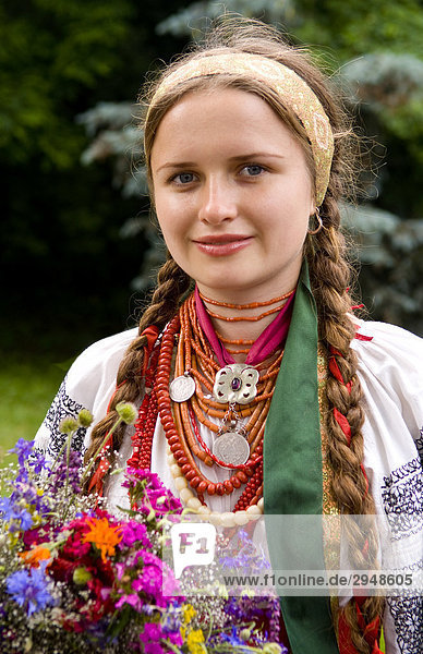 Frau in Tracht der Ukraine  Kiew  Ukraine