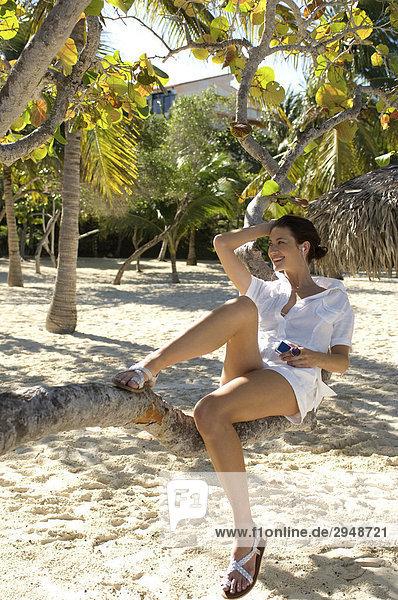 Frau Musikhören sitzen auf einem Baum  Holguin  Kuba