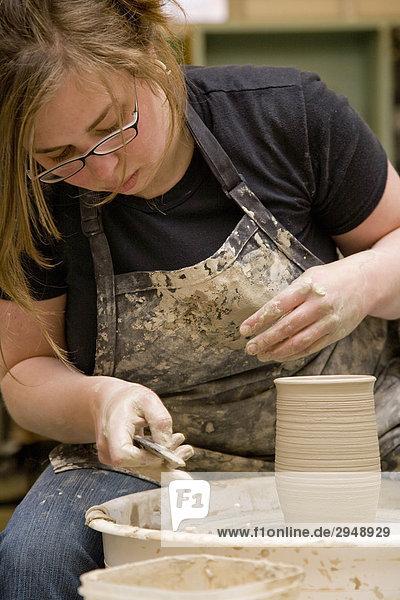 Keramik Künstler arbeiten an einem Rad Tonwaren  Spokane  Washington