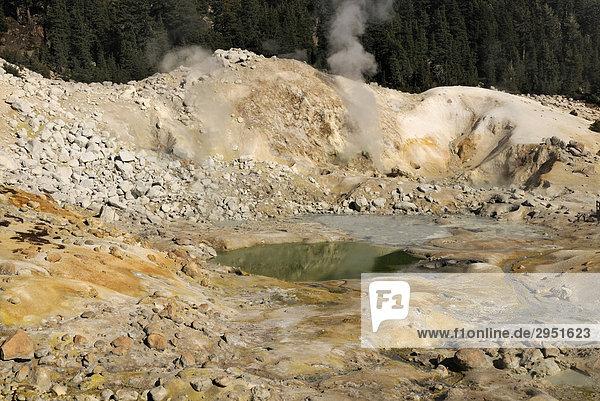 Fumarolen im Solfatarenfeld Bumpass Hell  Lassen Volcanic Nationalpark  nördliches Kalifornien  USA