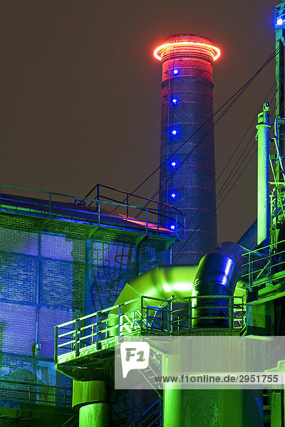 Industriedenkmal Thyssen Hochofen Eisenhütte Meiderich  Landschaftspark Duisburg  Neon Lichtinstallation  Nordrhein-Westfalen  Deutschland  Europa