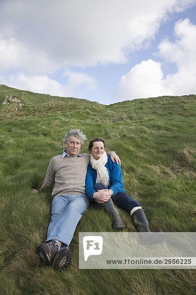 Älteres Paar in ländlicher Szenerie