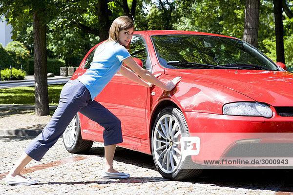Frau macht Ausübung neben Auto