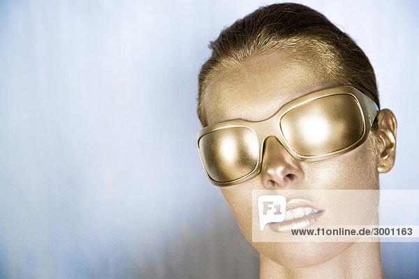 Frau mit gold Gläser