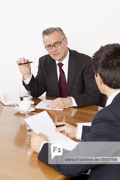 Zwei Geschäftsmänner unterhalten sich im Konferenzraum  München  Bayern  Deutschland