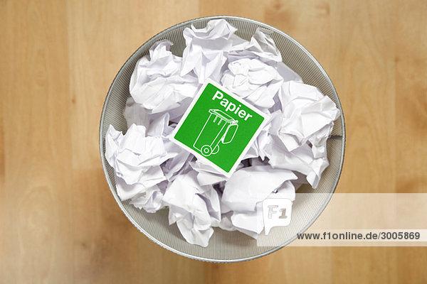 Zerknülltes Papier in Papierkorb  Deutschland