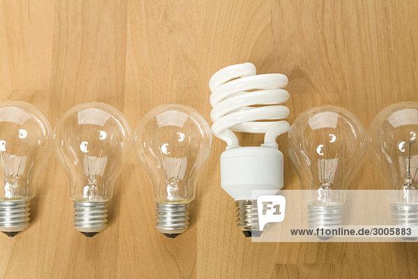 Energiesparlampe zwischen herkömmlichen Glühbirnen  Deutschland