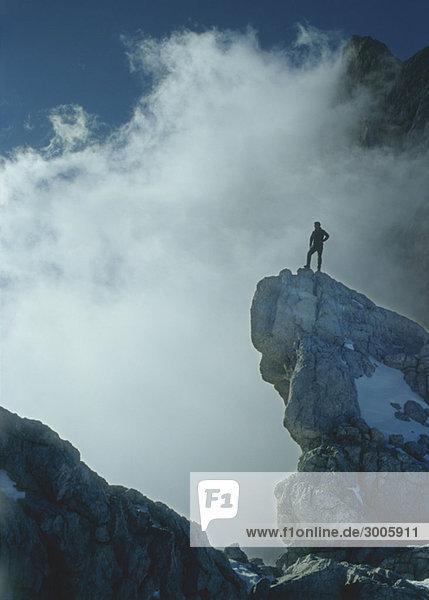 Bergsteiger auf Felsen im Dachsteingebirge  Österreich