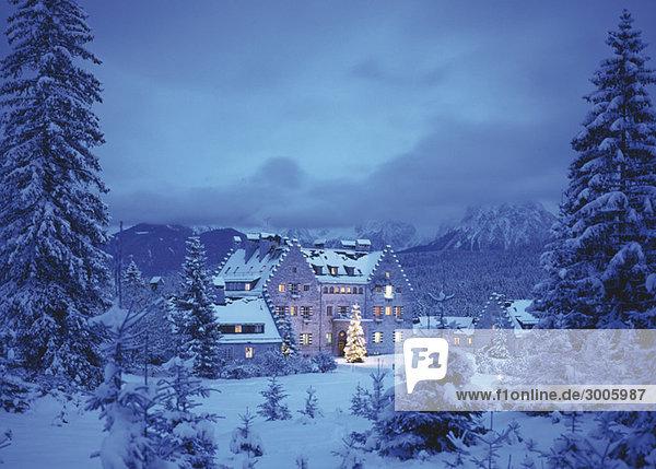 Schloss Kranzbach mit Weihnachtsbaum in der Dämmerung  Werdenfelser Land  Bayern  Deutschland