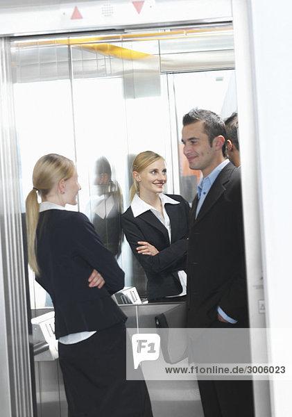 Geschäftsmann und Geschäftsfrau in Aufzug