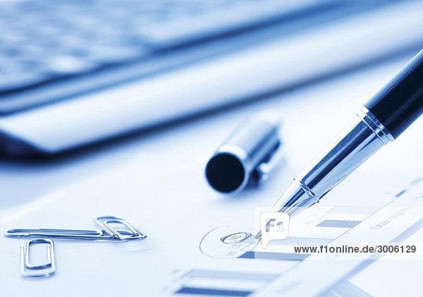 Kugelschreiber  Tastatur und Büroklammern
