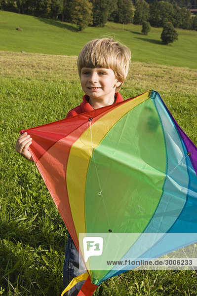 Junge (4-5 Jahre) hält einen Drachen  Gmund  Bayern  Deutschland