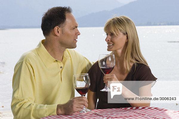 Paar trinkt Rotwein  Gmund  Bayern  Deutschland