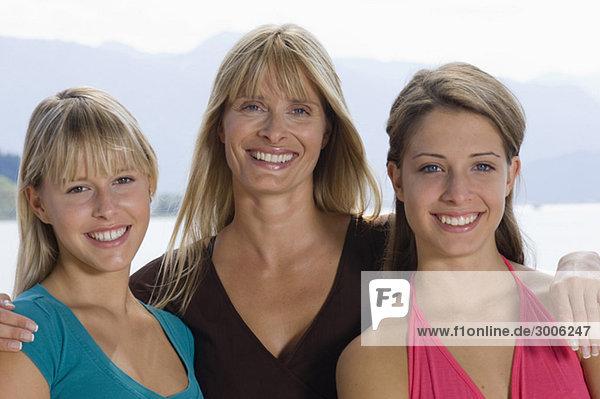 Mutter mit zwei jungendlichen Mädchen  Gmund  Bayern  Deutschland