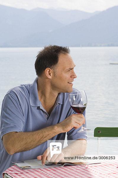 Älterer Mann trinkt Rotwein  Gmund  Bayern  Deutschland