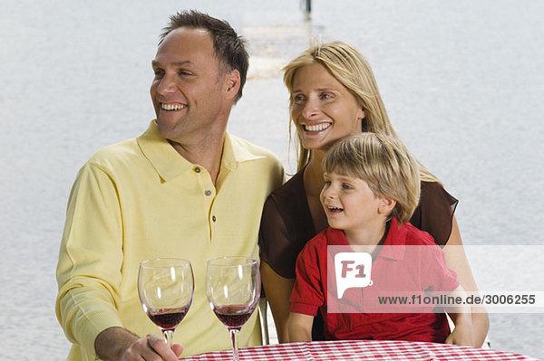 Familie lächelt und blickt zur Seite  Gmund  Bayern  Deutschland