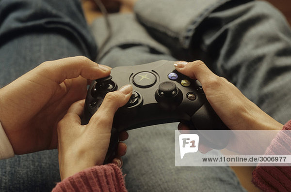 Mann zeigt einer Frau die Bedienung eines Joypads - Konsole - Spiel - Unterhaltung