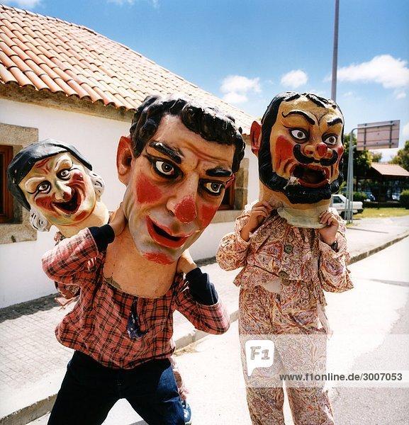 Spanien - drei Clowns ständigen zusammen in einer Straße