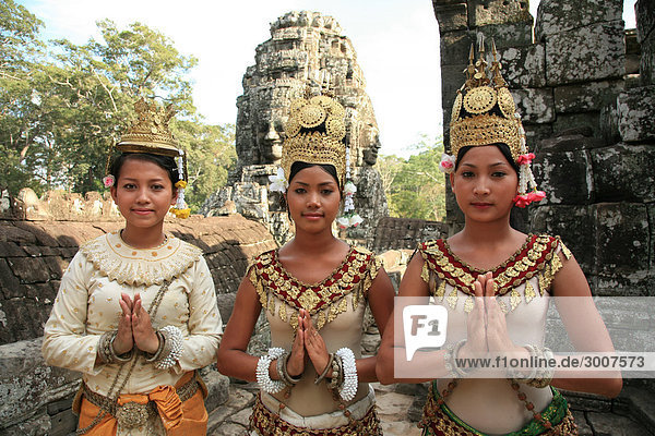 10852725  Cambodia  Angkor  Bayon  Temples of Angkor  UNESCO Weltkulturerbe  Bayon temple  dancers  women  traditional  culture  portrait  group  3  three