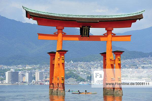 Außenaufnahme Wasser Berg Küste Wald Tourist Boot Meer Religion Insel Kajak Heiligkeit Asien Flut Hiroshima Präfektur Binnenmeer Itsukushima Schrein Japan Miyajima