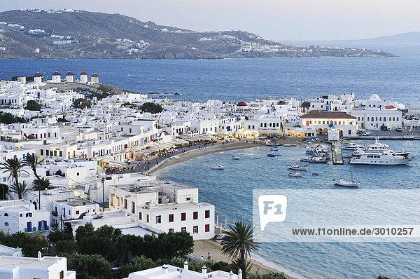 Alter Hafen  blaues Meer und Windmühlen von Mykonos  Kykladen  Griechenland  Europa