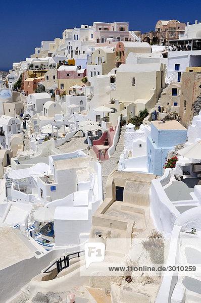 Blick auf den Ort Oia  Ia  mit typischer verschachtelter Kykladenarchitektur  Santorin  Kykladen  Griechenland  Europa