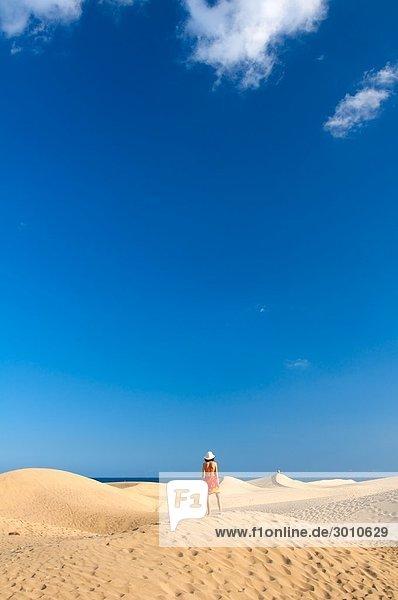 Frau steht auf einer Sanddüne  Maspalomas  Gran Canaria  Spanien  Rückansicht