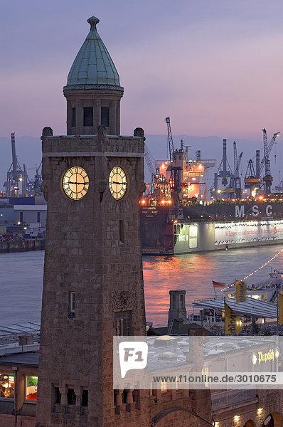 Landungsbrücken im Hamburger Hafen bei Nacht  Hamburg  Deutschland Landungsbrücken im Hamburger Hafen bei Nacht, Hamburg, Deutschland