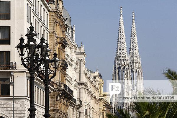 Votivkirche  Häuserzeile in Reichsratsstraße  Wien  Österreich  Europa