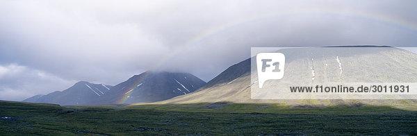 Regenbogen über Berge