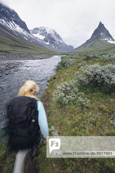 Skandinavischen Frau Wandern Nallo Lappland Schweden.