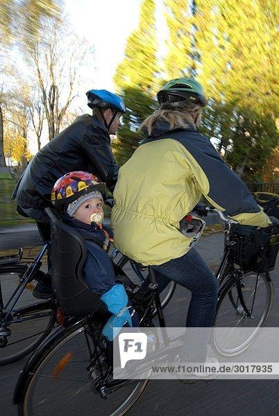 Eine Familientour auf eine Radfahren Östergötlands Schweden.