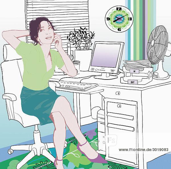 Frau im Home Office telefoniert Heimarbeitsplatz