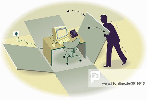 Büroangestellter öffnet Karton mit vorgefertigtem Arbeitsplatz
