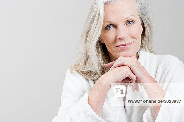 Porträt einer Frau mittleren Alters im Bademantel