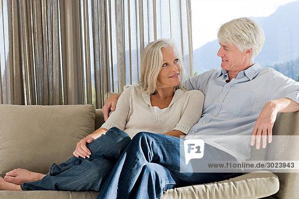 Mittelalterliches Paar  das sich gemeinsam auf der Couch ausruht.